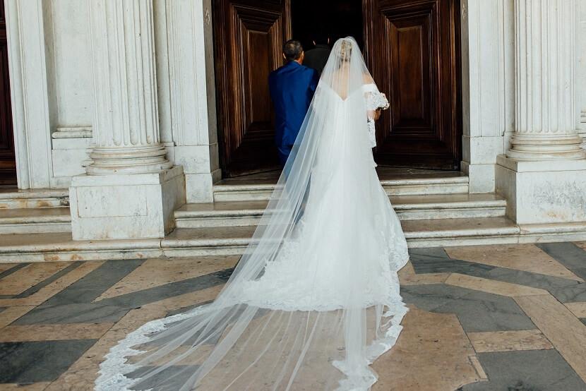 Die Bedeutung hinter traditionellen Brautkleidern