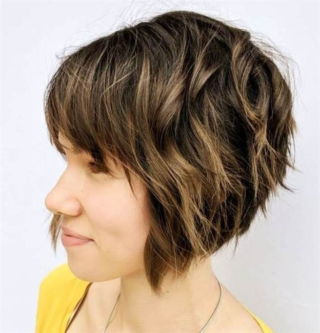"""Asymmetric Bob Hairstyles The """"fingers in your hair"""" effect is very simple and versatile, it adapts to any occasion and does not require special maintenance."""