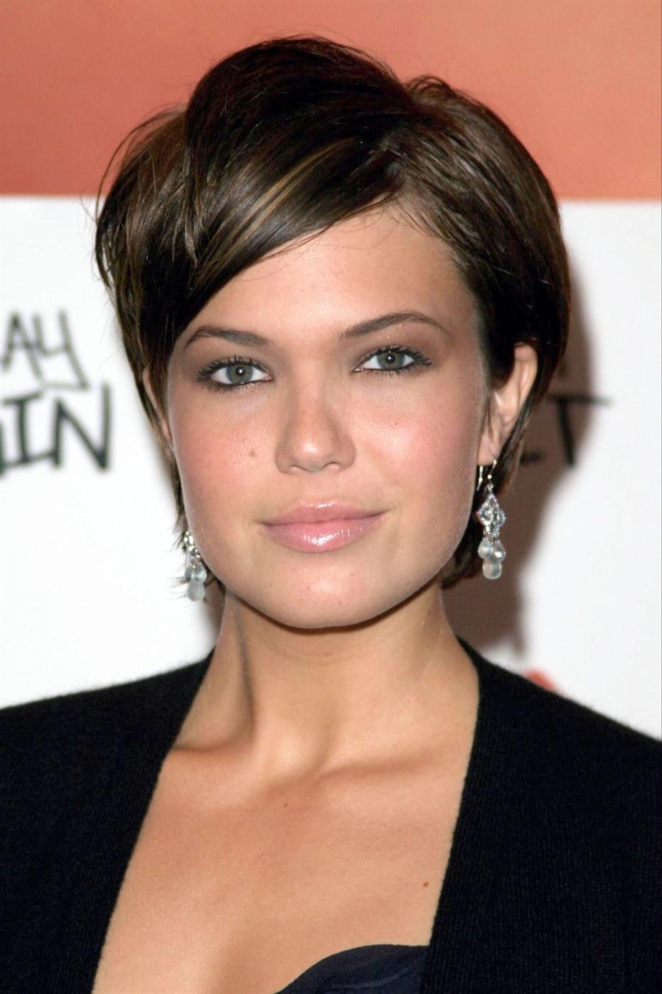 Beste Haarschnitte Frauen Kurzhaarfrisuren Pixie  Haben Sie keine Angst, Ihre Gesichtszüge mit einem Pixie-Schnitt hervorzuheben. Ebenen, die mit einem seitlichen Knall gekoppelt sind, geben Ihnen das Volumen, das Sie benötigen, um dies zu erreichen.
