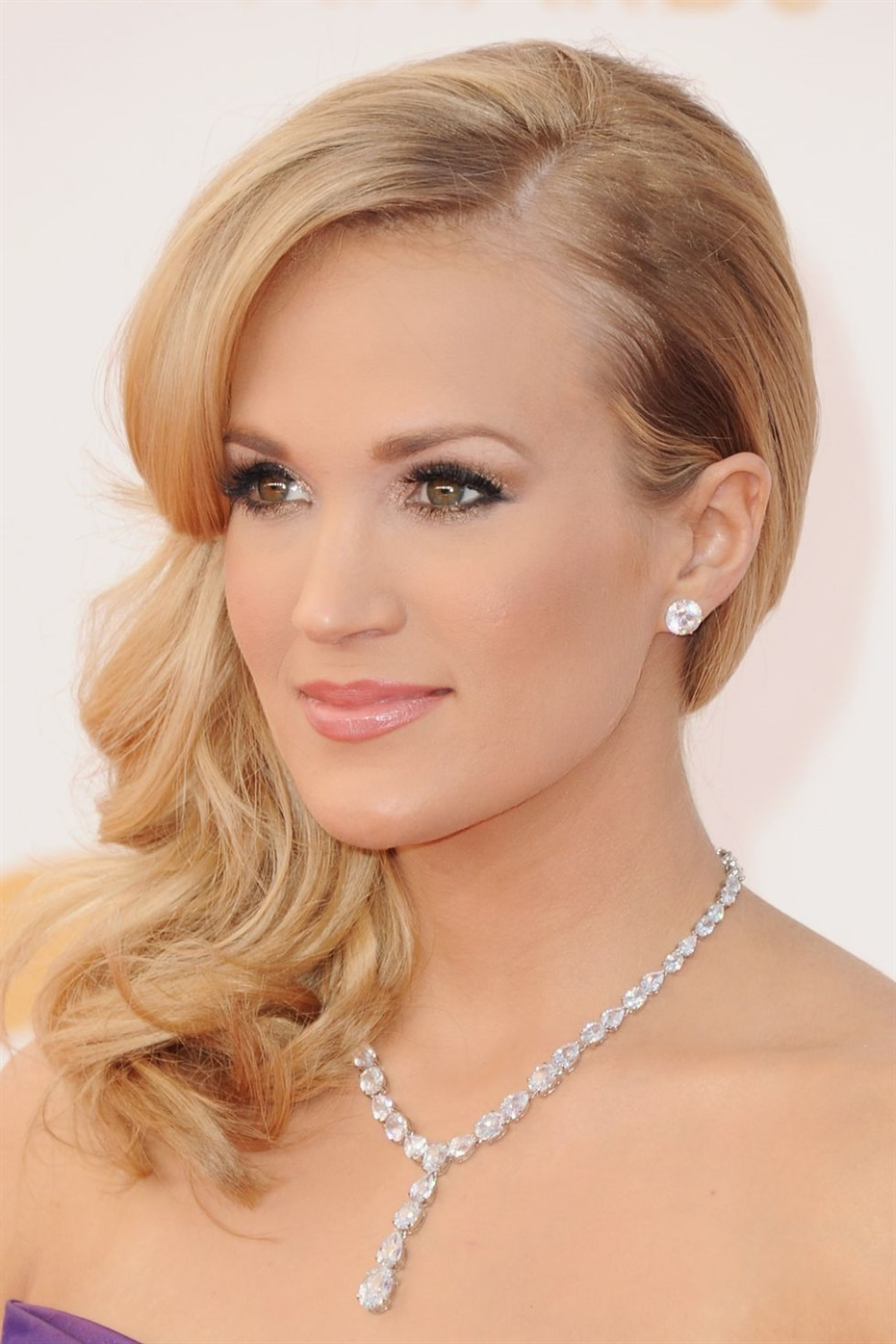 Beste Haarschnitte Frauen fur die Nacht Akzentuieren Sie weiche Wellen mit einem Teil gerade in der Mitte.