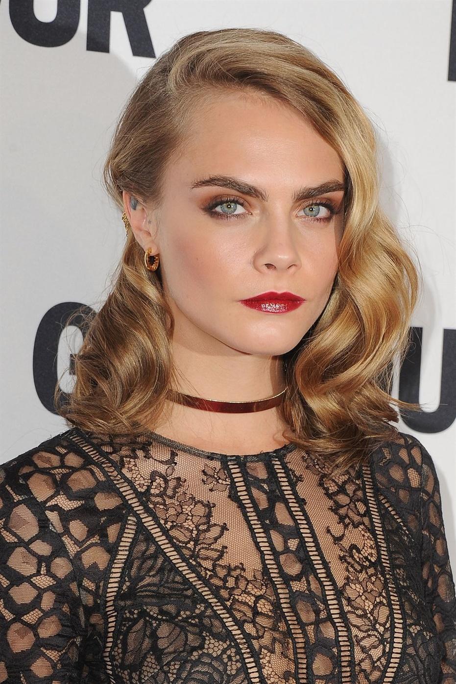 Beste Lange Haarschnitte Frauen Sie können diesen alten Hollywood-Look in nur 10 Minuten erhalten, indem Sie sich Locken geben, eine vordere Welle mit S-förmigen Stiften setzen und sie dann mit Haarspray abschließen.