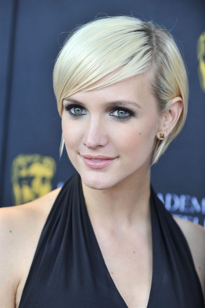 Blonde and Short Hairstyles For Thin Hair  It is typical for the new favorite cut of models and celebrities that the hair is cut without layers or thinning. The haircut is suitable for both thin and thick hair and can end just below the ears or at the level of the chin.
