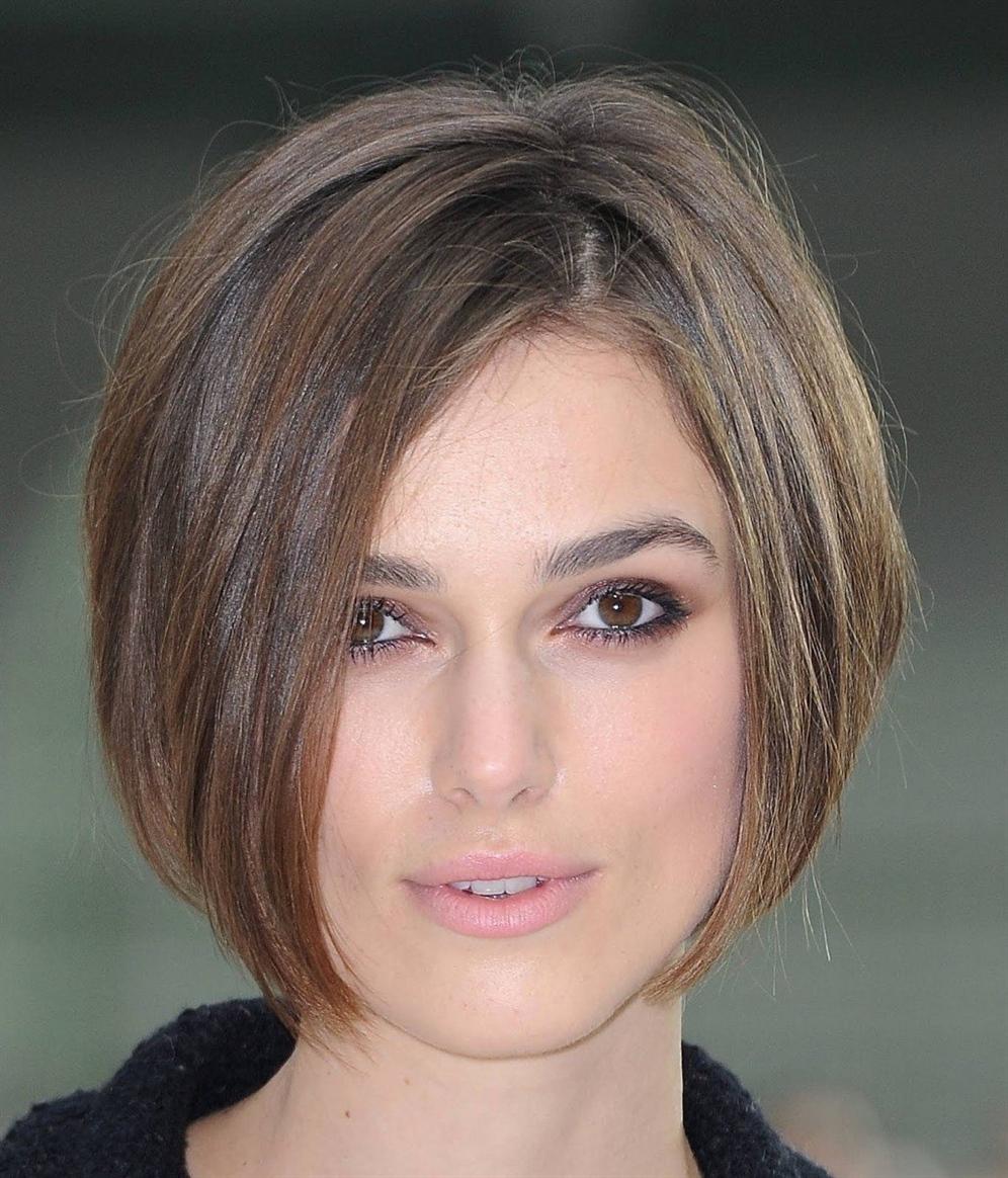 """Bob Frisuren Kurz Stufig Braun Eine weitere Option, die in dieser Saison relevant ist. Diese Bob-Frisur ist ein echter """"Zauberstab"""" für diejenigen, die nicht die Möglichkeit haben, mehr als 15 Minuten pro Tag dem Styling zu widmen. Die Frisur ist perfekt für dickes Haar und verleiht dem Bild Geheimnis und Romantik."""