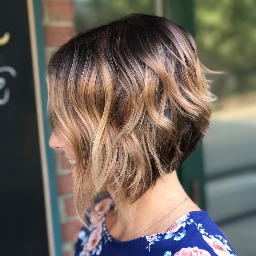 Bob Frisuren Kurz Stufig Locken Diese Frisur kann sogar auf Haaren im Stil von Hollywoodstars gemacht werden, bereit für die kühnsten Vorschläge von Stylisten. Auf dem Foto sehen Sie, wie der Haarschnitt aussieht. Mittellange und leichte Wellen verleihen dem Haar Schönheit.