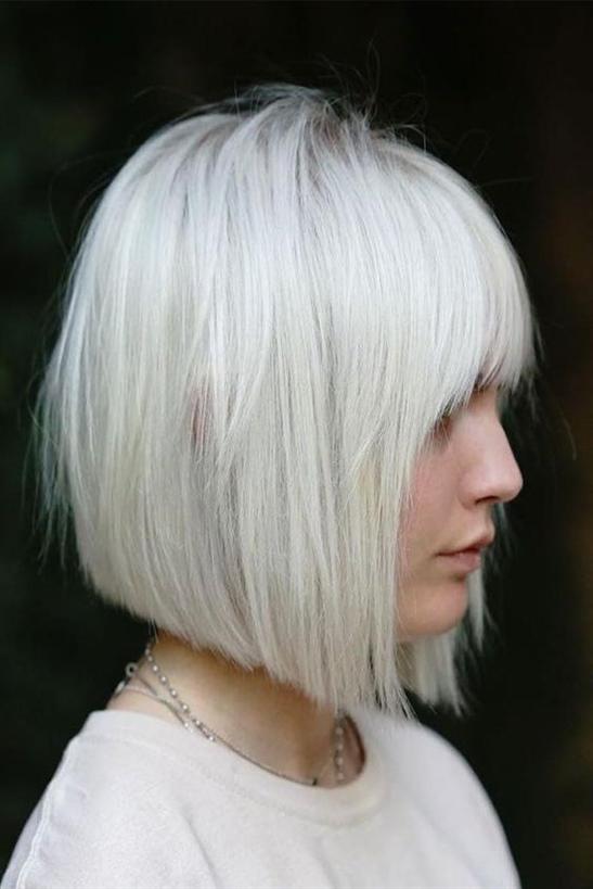 Bob Frisuren Mit Pony Asymmetrisch  Asymmetrische Bob-Frisuren sind heutzutage sehr beliebt. Man kann es sich als einen Weg von kurz nach lang vorstellen. Und es sieht wunderschön aus mit der richtigen Haarfarbe.