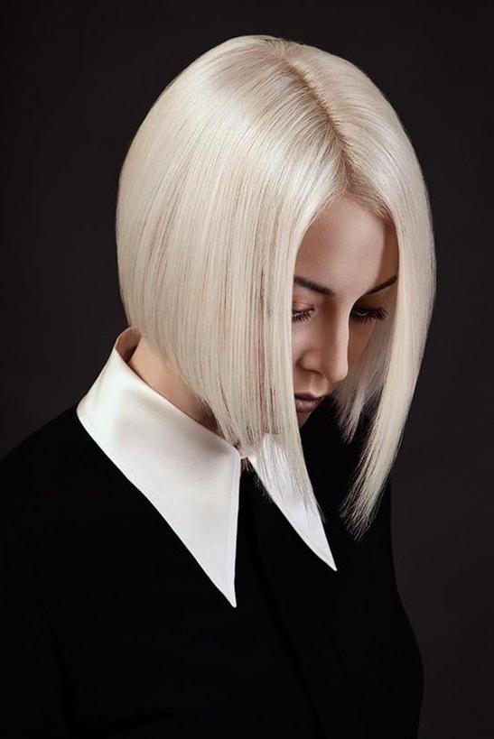Bob Frisuren Mit Pony Blond  Wenn Sie glänzendes und scharfes Haar wie ein Spiegel wollen; Bob Style mit länglichen und verkürzten Seiten ist für Sie. Dieses sehr aufmerksamkeitsstarke Haar ist ideal für Frauen, die mutig sind und andere beeindrucken möchten.