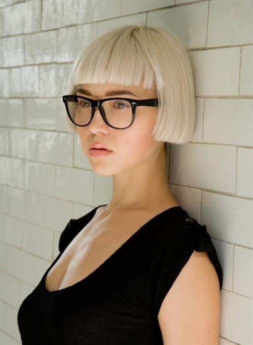 Bob Frisuren Mit Pony Trendige  Frauen mit Brille verleihen ihrem sehr attraktiven Erscheinungsbild mit Bob Frisuren mit Pony Schichten und Schichten. Brille und Bob Frisur passen perfekt.