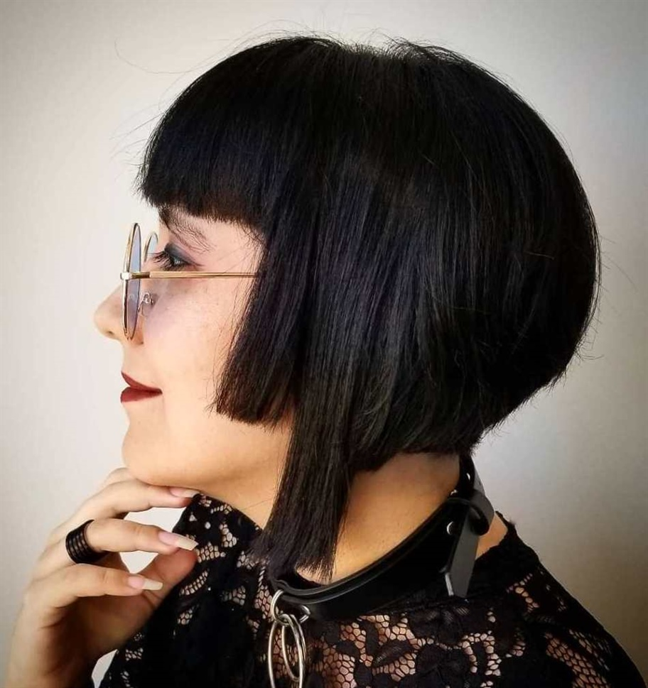 Bob Hairstyles for Fine Hair Clean, rigid and defined lines. It is a cut composed of different lengths on the sides, which make the look unique, perfect for straight hair.