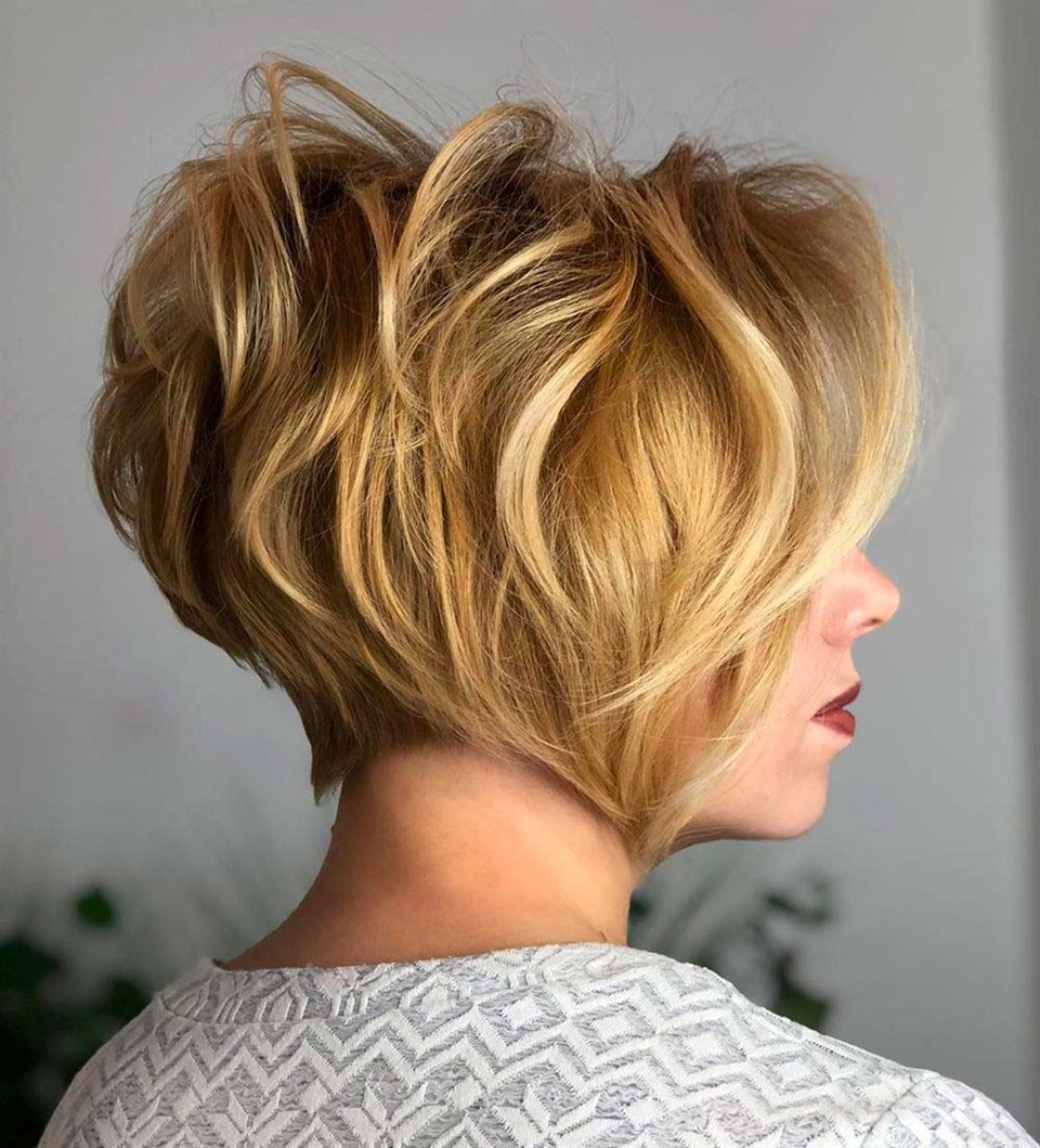 Bob Hairstyles for Wavy Hair An irresistible mix of long hair, curls and disheveled locks. It is a hairstyle to absolutely try. Wear it with an elegant dress on a special evening.