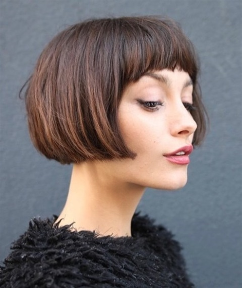 Bob Hairstyles with Cut at Mouth Level It is similar to the blunt Bob, but shorter than usual. The hair reaches just beyond the cheekbone, shining the spotlight on the lips, always flawless with a nice red lipstick.