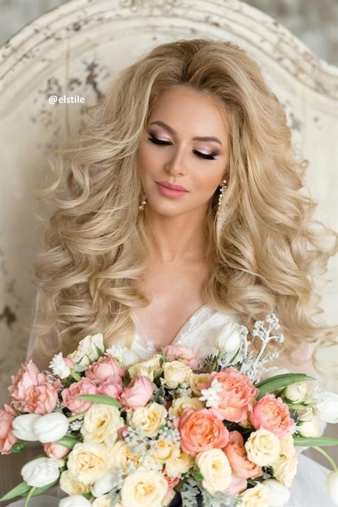 Brautfrisureen  Hochzeitsfrisuren für langes Haar können sehr schön und vielfältig sein. Mit Hilfe von Pony und professionellem Styling können unsere Meister ein originelles und einzigartiges Bild schaffen.