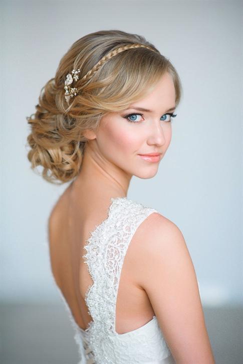 Brautfrisuren Flechten und Lange Haare  Klassisches geflochtenes Haar ist ein sehr bevorzugtes Modell für Bräute. Es zieht viel Aufmerksamkeit bei Hochzeitsfrisuren auf sich und ist auch einfacher herzustellen.