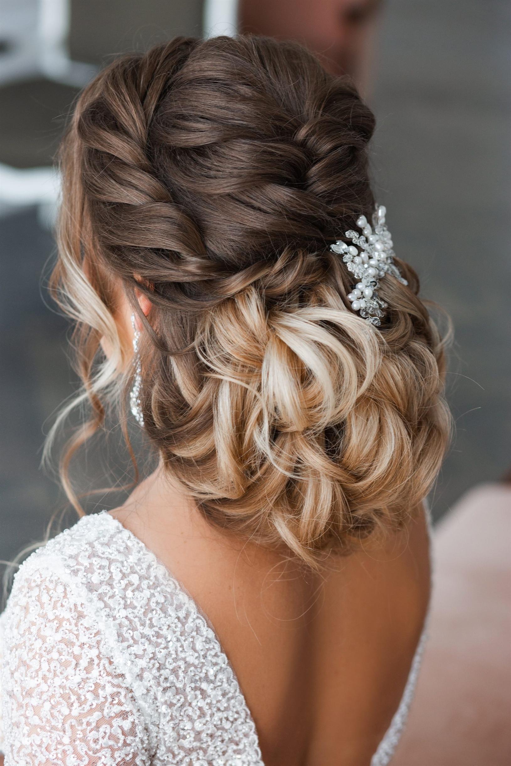 Brautfrisuren Flechten und Locken  Bei diesem Modell sieht das Haar in zwei Teilen wie von hinten aus. Die Stylisten, die das Haar in zwei Farben teilen und eine andere Atmosphäre hinzufügen, kreieren verschiedene Modelle für die Braut.