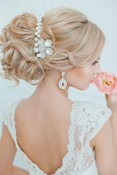 Brautfrisuren Halboffen mit Blumen  Zeigen Sie den Gästen, dass Sie der Star des Tages sind, indem Sie Ihrem Haar Blumen hinzufügen. Blumenbrautfrisuren sind jedes Jahr sehr im Trend. Es gehört zu den am meisten bevorzugten