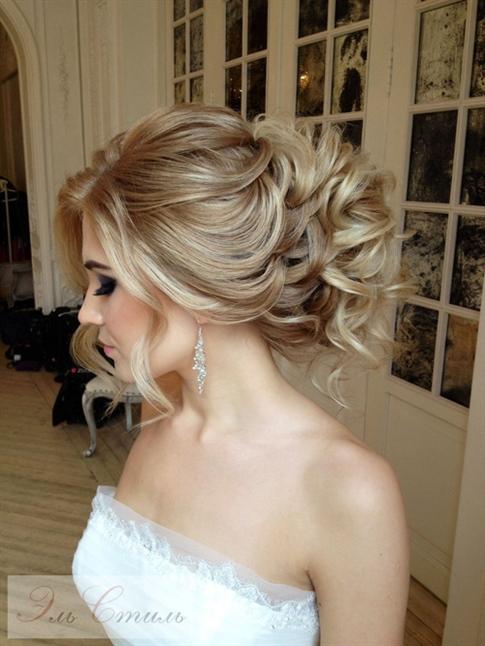 Brautfrisuren Trends 2020 2021 Bei Hochzeiten arbeitet jeder hart daran, seine Haare schön zu machen. Und das ist manchmal eine Herausforderung für Bräute. Weil es Haare geben kann, die wie die Haare der Braut aussehen. In unserer Galerie finden Sie einige Unterschiede.