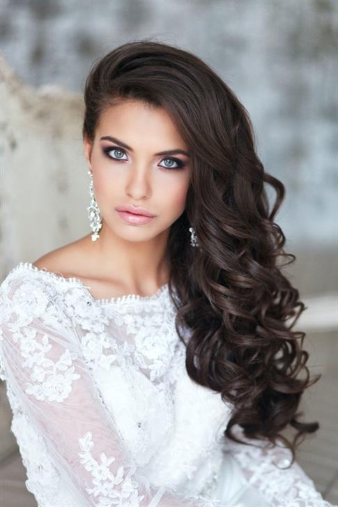 Brautfrisuren Wellige  Die leicht zur Seite geworfene lockige Frisur sorgt für ein natürlicheres und natürlicheres Erscheinungsbild. Es ist ideal für Frauen, die nicht gerne angeben und mehr Einfachheit wünschen.