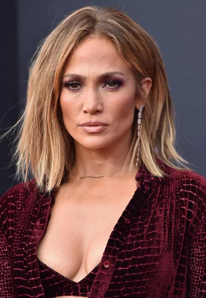 Chaotisch Geschichtete Kurze Frisuren Frauen 50 J. Lo's Piece 'Do ist ein müheloser Look, der sowohl bei Tag als auch bei Nacht in einer Vielzahl von Altersgruppen und Gesichtsformen wunderbar funktioniert. Die Schichten fallen zusammen und ein Mittelteil hält es poliert.