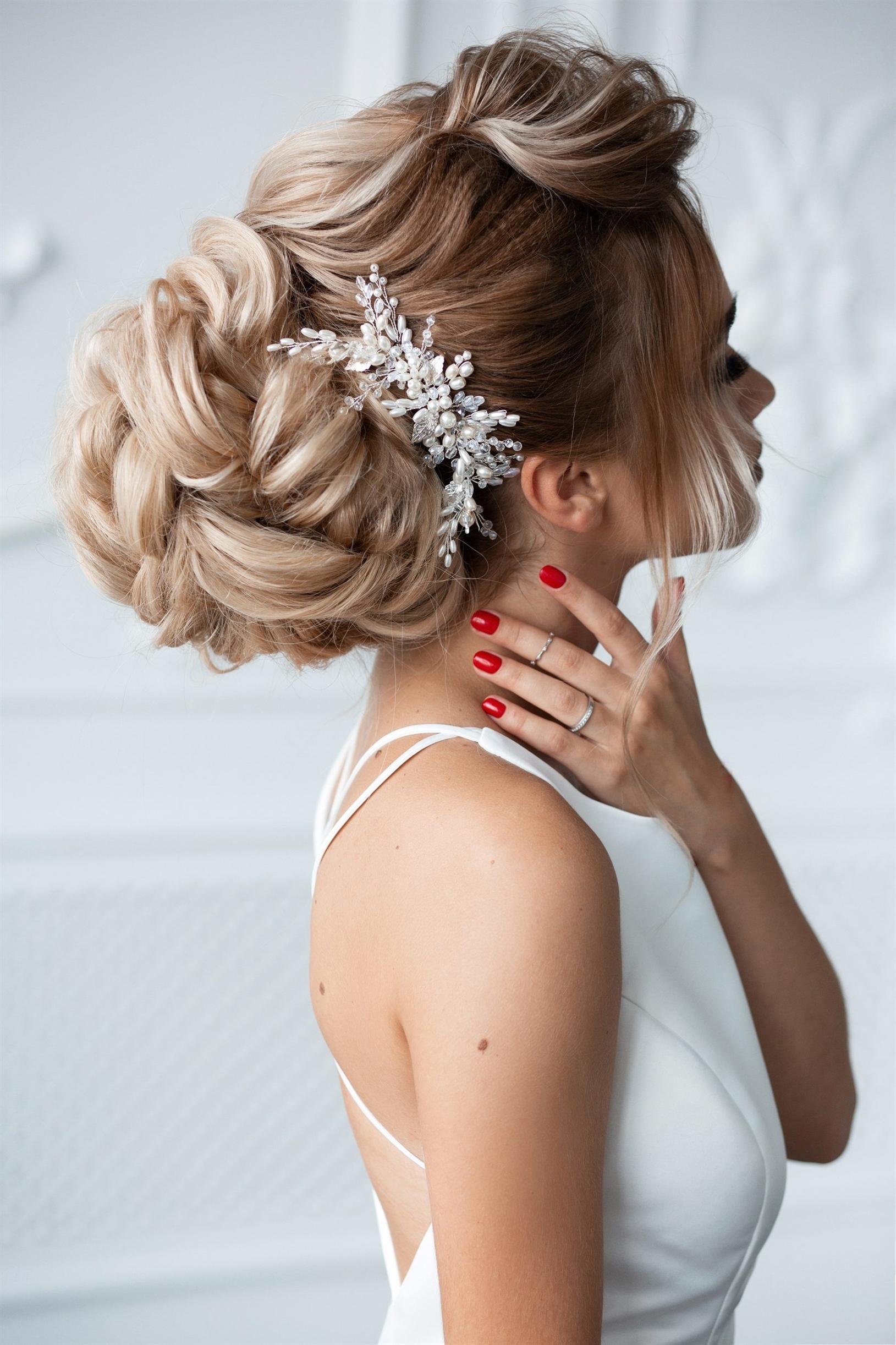 Elegante Brautfrisuren Locken  Dieses Modell, das mit Blumen von hinten gerafft ist, hat auf beiden Seiten von vorne dünne Haare. Es ist eine sehr elegante und zarte Frisur.