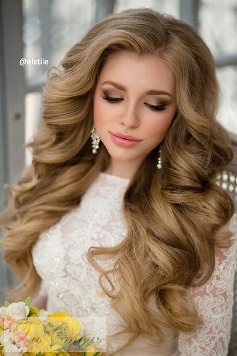 Flauschiges Welliges Haar fur Hochzeit  Es ist ein Modell, das für Frauen empfohlen wird, die Einfachheit lieben. Sie können einen sehr schönen Look mit Locken erzielen, indem Sie die Haare leicht bewegen.