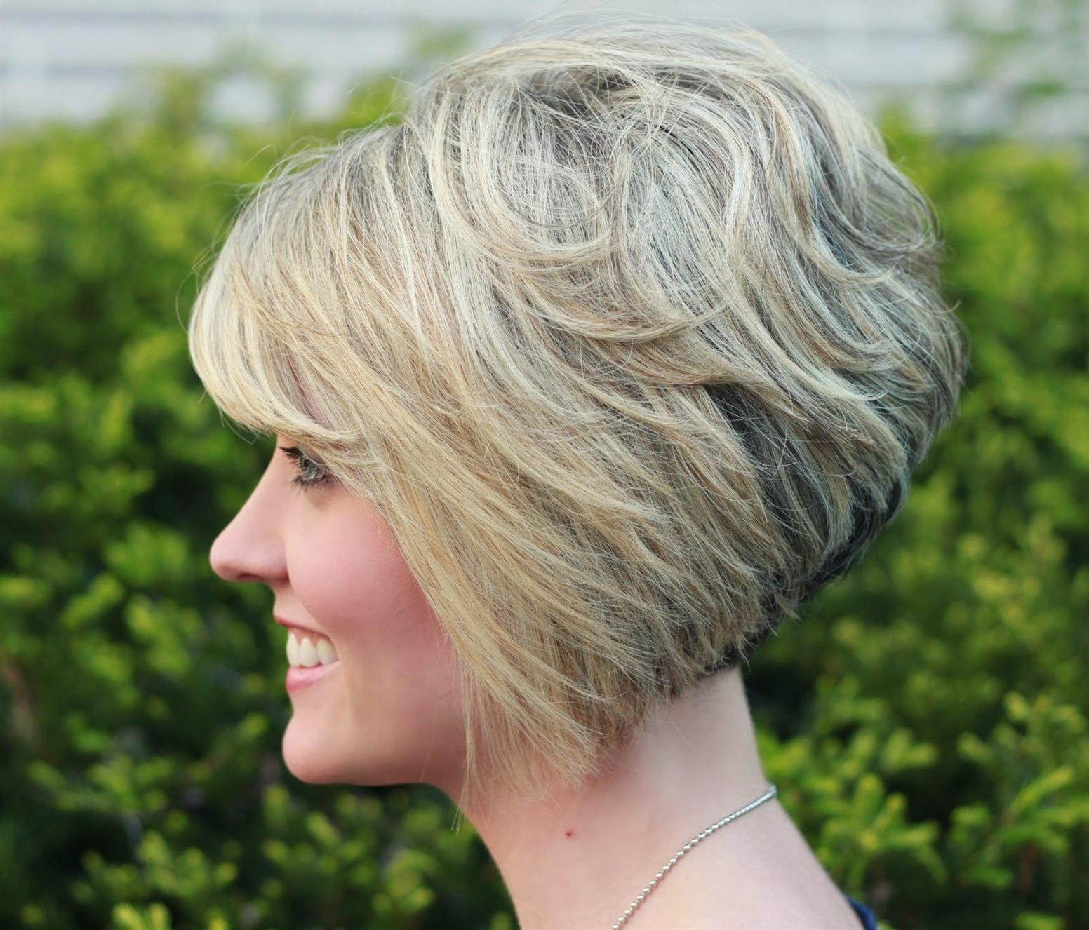 Frisuren Bob Stufig Geschnitten Diejenigen mit kurzen Haaren werden definitiv einen Bobschnitt lieben. Sie ist modisch, mutig und wird Sie sicherlich nicht ohne die Aufmerksamkeit anderer verlassen. Beachten Sie jedoch, dass es in diesem Fall äußerst wichtig ist, sich auf die Gesichtszüge zu konzentrieren. Schließlich sollte das Bild als Ganzes harmonisch aussehen. Bei der Erstellung einer solchen Frisur implementiert der Meister einen Bob auf Kosten der Überlagerung. Dank dieser Technik ist der Haarschnitt für jede Haardichte geeignet. Dies ist ein bedeutender Vorteil für viele Mädchen. Außerdem wachsen die Haare so nach, dass die Frisur attraktiv bleibt. Das heißt, ein kurzer Bob wird allmählich mittelgroß, ohne dass ein Aufwand für die Pflege und das Schneiden erforderlich ist.