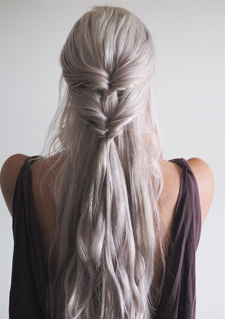 Frisuren Lange Haare 2020  Halb geraffte Strähnen sind eine vielseitige Frisur, die für jeden Tag und für besondere Anlässe relevant ist. Mit ihr können Sie direkt nach dem Arbeitstag problemlos zur Feier gehen. Für die Wirkung des Volumens auf die Krone können lose Stränge zusätzlich mit einem Lockenstab gedreht werden.