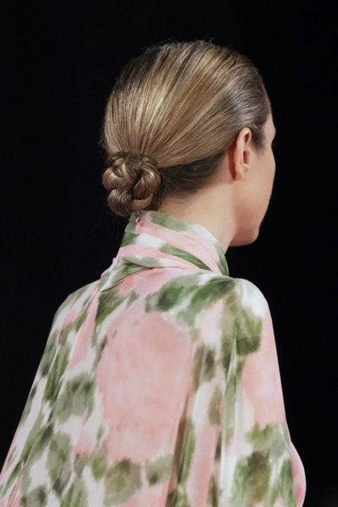 Frisuren Lange Haare Frauen 2020 Einfach  Der französische Knoten ist ein eleganter Klassiker, der in jede Situation passt. Trotz der Tatsache, dass die Frisur kompliziert aussieht, ist es ziemlich einfach, sie zu machen, wenn Sie den Anweisungen folgen. Gleichzeitig hält es den ganzen Tag an. Leichte Strähnen, die an den Seiten herausgefallen zu sein scheinen, mildern die Konturen des Gesichts.