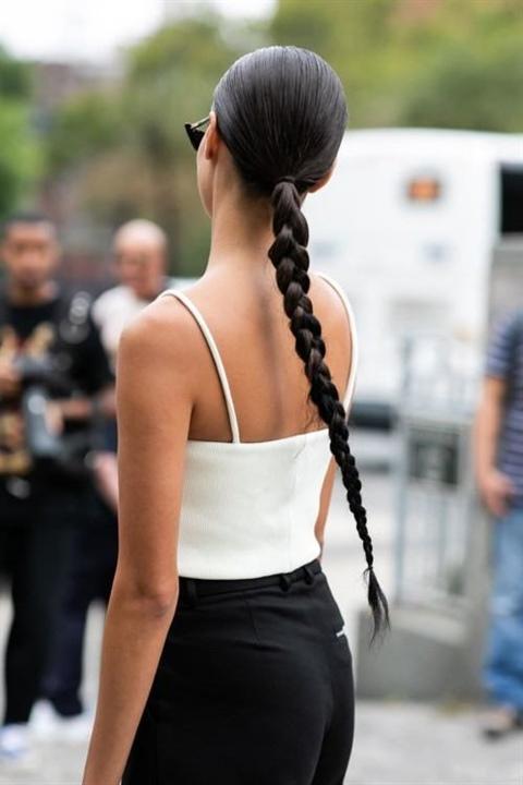 Frisuren Lange Haare Frauen 2020  Ein großes Brötchen kann ziemlich langweilig aussehen, wenn Sie es nicht umformen. Wir enthüllen das Geheimnis des volumetrischen Strahls: Wir strecken den hohen Schwanz unter dem Gummiband durch die Stränge. Dann das Brötchen leicht auflockern und das Haar mit Haarnadeln und Haarspray sichern.