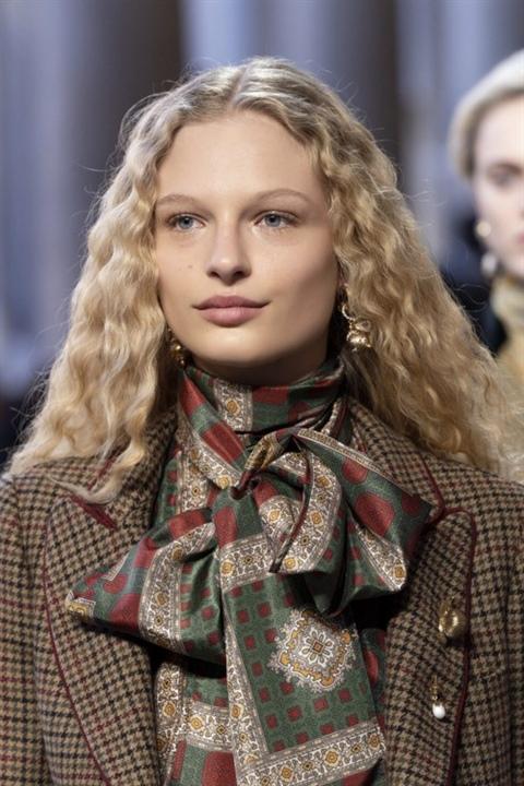 Frisuren Lange Haare Locken  Locken sind ein weiterer vielseitiger Stil, der für jedes Alter geeignet ist, insbesondere wenn Sie weiches oder feines Haar haben. Gekräuselte Strähnen verleihen Ihrer Frisur mehr Volumen und das Haar selbst wird optisch dicker.