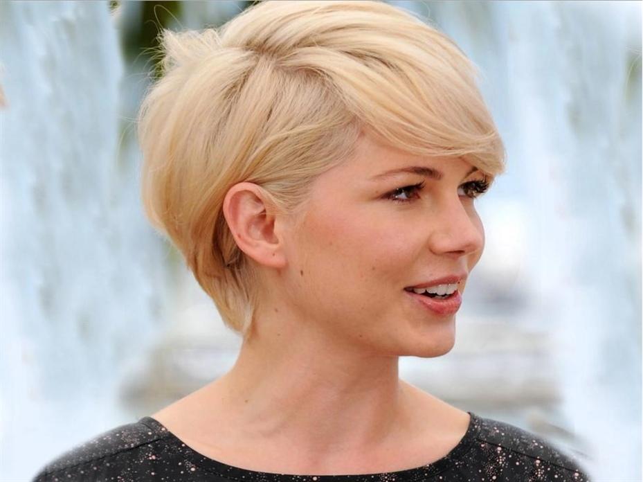 Haarfarben Trends 2020-2021 Blond und Kurzhaarfrisur Es ist klar, dass es kein Thema ist, das leicht genommen werden sollte, da sowohl der Schnitt als auch der Haarfarbstoff die Gesichtszüge stark verändern und einen starken Einfluss auf unser persönliches Erscheinungsbild haben. Wenn es um Farbe geht, kann ein Farbton Ihr Gesicht aufhellen oder trüben sowie Ihre Gesichtszüge verjüngen oder verhärten. Daher ist es vor einer Innovation wichtig, nicht nur Modetrends zu bewerten, sondern auch die für Sie besten Optionen, abhängig von Ihrer Hautfarbe und Ihrem Haartyp.