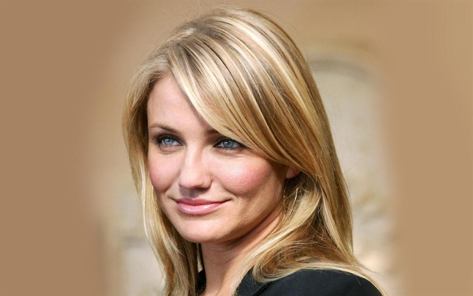 Haarfarben Trends 2020-2021 Cameron Diaz  Wenn Cameron Diaz erwähnt wird, fallen ihnen als erstes ihre blonden Haare und blauen Augen ein. Bekannt als die unveränderliche gelbe Haarfarbe, wird Diaz für andere Frauen in die gelbe Farbe eingeflößt.