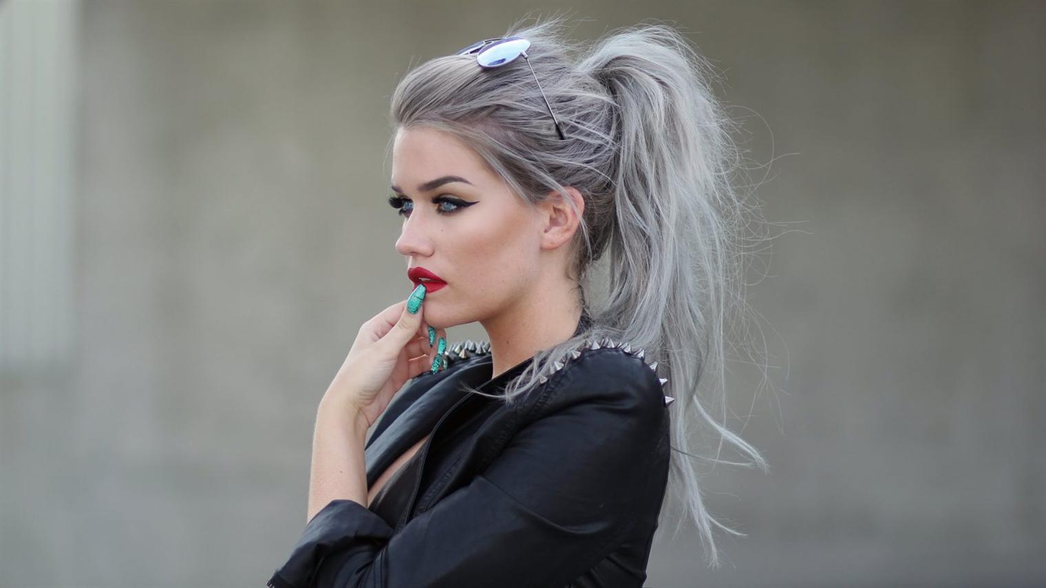 Haarfarben Trends 2020-2021 Die Kombination aus grauer Farbe und oberem Pferdeschwanz sieht fantastisch aus. Wenn Sie auch mutig sind, ist diese Frisur für Sie. Probieren Sie es aus und Sie werden den Unterschied sehen.