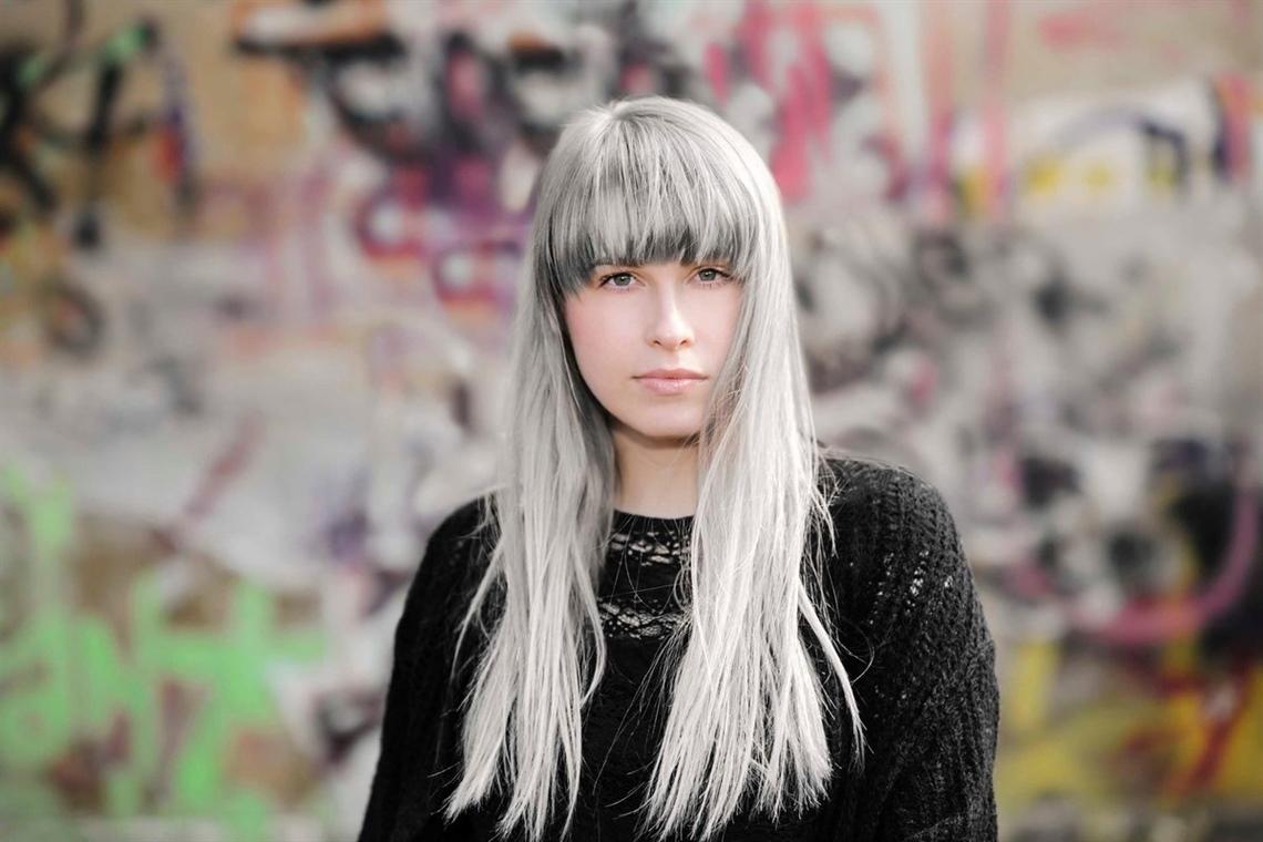Haarfarben Trends fur Platin Langhaarfrisuren Mit Pony Grau war die auffälligste Farbe in Farbvarianten für Pony. Obwohl die graue Farbe an die alte erinnert, ist sie in diesen beiden Kombinationen zum neuen Haartrend geworden.