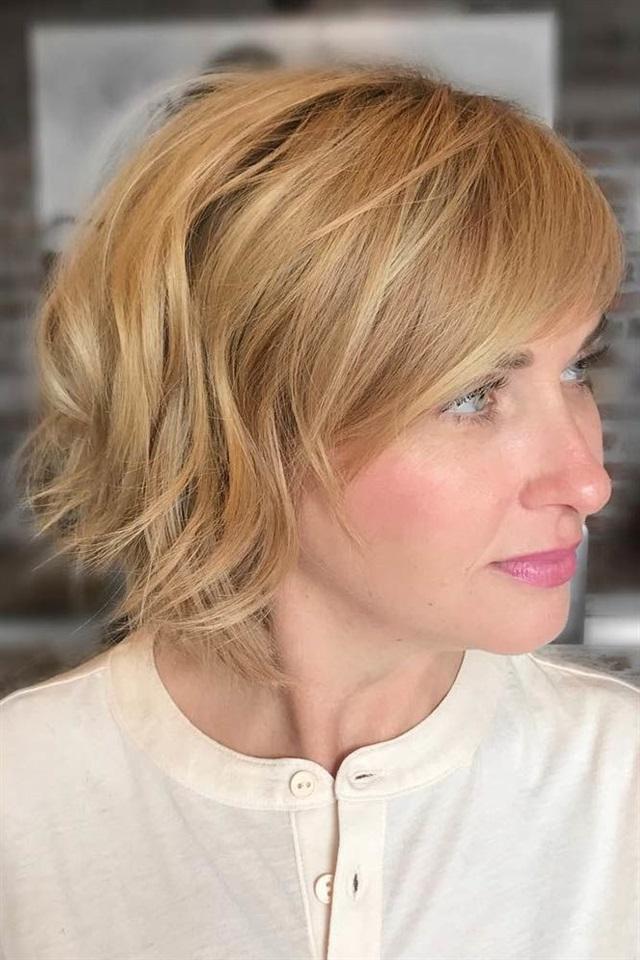 Kurze Frisuren Frauen 2020 Naturlich Das Beste an diesen Frisuren ist, dass sie auch von Babes, die sich nicht besonders gut stylen können, leicht gestylt werden können. Wirklich, Sie müssen keine Tage damit verbringen, diese hübschen Frisuren zu üben und Ihre Fähigkeiten zu schärfen. Mehrmals reichen für die besten Ergebnisse aus.