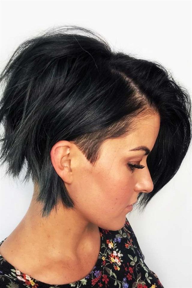 Kurze Frisuren Frauen Asymmetrisch Wenn Sie wirklich mit einer kantigen Frisur den Kopf drehen möchten, fügen Sie Ihrer Liste der zu versuchenden Optionen eine kurze Hinterschneidung hinzu. Auch wenn diese Stile etwas extrem sind, sind sie dennoch sehr weiblich und stilvoll. Wenn sie richtig verwaltet werden, können sie immer noch für fast jeden Anlass oder jede Umgebung verwendet werden.