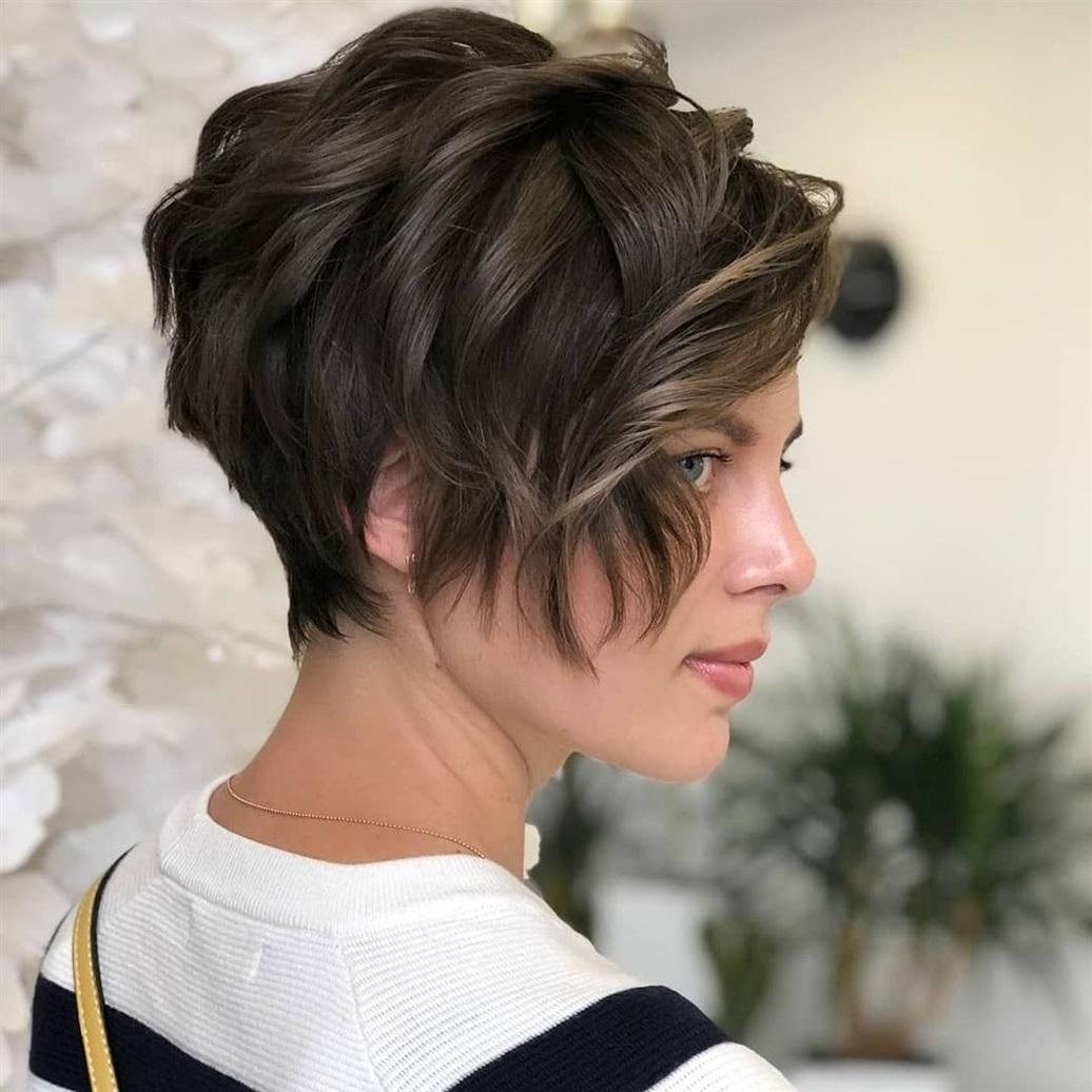 Kurze Frisuren Frauen Braun Sie können einen tollen Stil kreieren, indem Sie Ihr braunes Haar mit kleinen Berührungen stylen. Dieser kurze Haarschnitt hat eine sehr einfache Konstruktion.