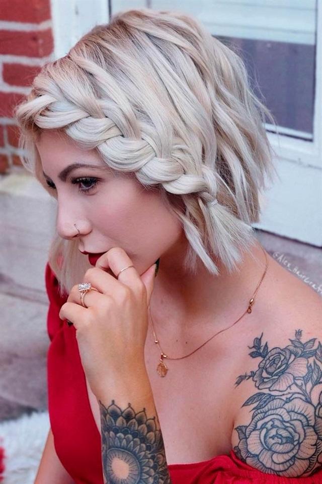Kurze Frisuren Frauen Fur Flechten Nur weil Sie kurze Haare haben, heißt das nicht, dass Sie keine wunderschönen Zöpfe für kurze Haare haben können. Selbst kurze Frisuren können die schönsten Zöpfe rocken! Sie können auch die unangenehme Phase zwischen den Auswüchsen bekämpfen, indem Sie Ihre längeren Schlösser flechten. Vergessen Sie nicht, Zöpfe in Ihre Liste der besten Kurzhaarfrisuren für den Frühling aufzunehmen.