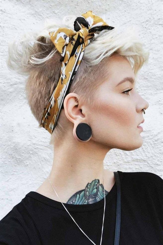 Kurze Frisuren Frauen Fur Sehr Kurze  Jedes Mädchen, das einen Elf trägt, sollte ein paar Haarschals tragen, damit es immer Spaß macht, Ihre Styling-Routine zu diversifizieren. Mit diesem erstaunlichen Stück können Sie nicht nur experimentieren, wie Sie winken, begradigen, sich kräuseln und Ihr Oberteil einstellen, sondern auch verschiedene Arten ausprobieren, um den Schal zu binden!