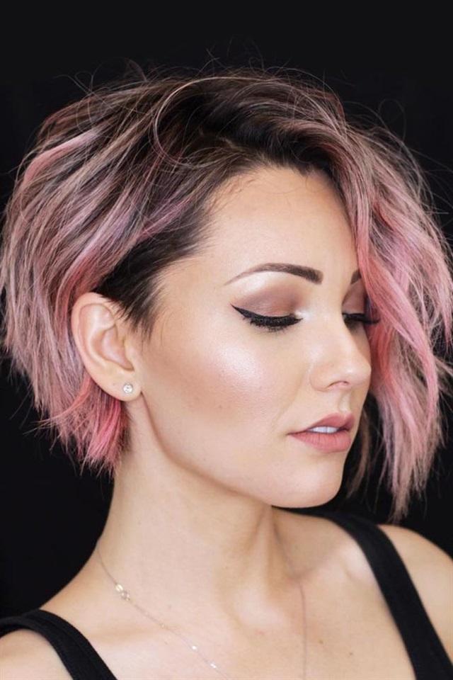 Kurze Frisuren Frauen Mitte Pixie  Sie wissen bereits, wie mächtig chaotisch Silhouetten und Ebenen sind. Wie wäre es, wenn Sie ihre Schönheit offenbaren, indem Sie sich einen verführerischen Pixie Bob zulegen?  Dieser Schnitt verleiht Ihnen einen etwas asymmetrischen Körper und verleiht der Krone mehr Volumen. Was die Farbe betrifft, so können diese subtilen rosafarbenen Glanzlichter, die ungefähr zu dunkleren Wurzeln übergehen, jede Frisur aufpeppen, und Ihre Frisur wird keine Ausnahme sein.