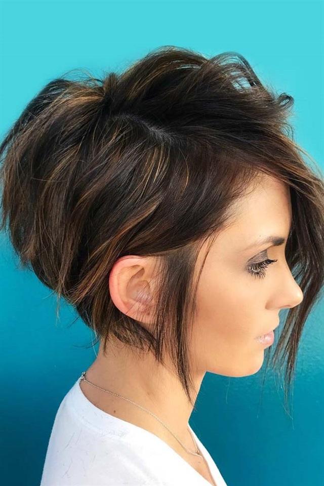 Kurze Frisuren Frauen fur Dunnes Haar Asymmetrisch Diese schöne abgewinkelte Bob-Frisur ist ein makelloses Beispiel für kurze, kantige Haarschnitte. Die verschiedenen Längen verleihen dieser Frisur sowohl Volumen als auch Sprungkraft. Die angehobene Silhouette am Hinterkopf und die längeren kurzen Locken verleihen einen Hauch von Klasse und entsprechen gleichzeitig den Erwartungen der modernen Gesellschaft.