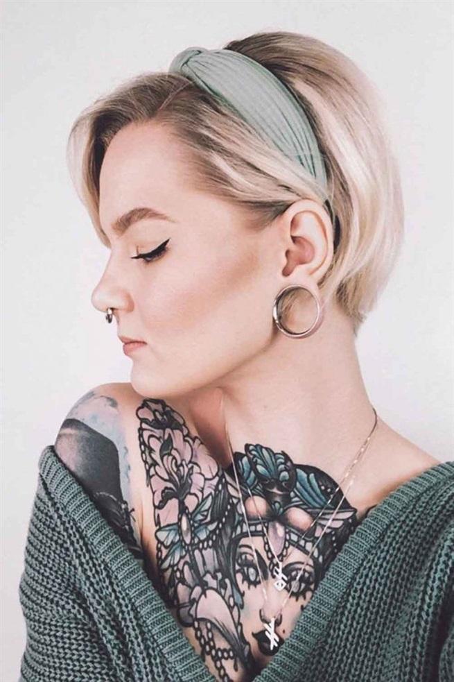 Kurze Frisuren Frauen  Wenn Sie massive Accessoires bevorzugen, können Sie versuchen, Ihre Freizeitfrisuren mit einem Stirnband zu vervollständigen. Um ehrlich zu sein, kurzes Haar hat ein so großes Styling-Potenzial, dass wir alle möglichen Accessoires bekommen würden, wenn wir es so hätten. Abgesehen davon, dass Sie Ihren Stil beibehalten, passt dieses Detail perfekt zu den Farben Ihres Outfits und verleiht dem Look eine gewisse Individualität. Und zu guter Letzt ist dies eine gute Möglichkeit, Ihrem Look etwas Weiblichkeit zu verleihen.