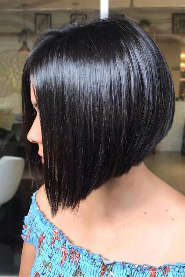 Kurzhaarfrisuren Trendige Schwarzes Haar Ideen  Sagen Sie uns, wer liebt nicht einen kinnlangen Bob mit einem Knall? Dieser Haarschnitt ist besonders schmeichelhaft für diejenigen, die Wangenknochen definiert haben und diese hervorheben möchten. Außerdem kann dieser Schnitt Ihren Locken mehr Textur verleihen.