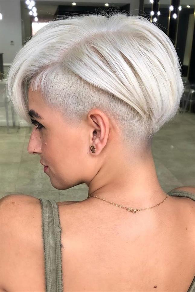 Kurzhaarfrisuren Trendige Unterbieten Ideen  Ein Pixie ist die perfekte Wahl für Frauen, denen es nicht an Selbstvertrauen mangelt. Aber ein unterschnittener Elf funktioniert nur für die Wagemutigsten.  Zeigen Sie ihnen, wie wild Sie sind! Falls Sie es hassen, jeden Morgen viel Zeit mit dem Stylen Ihrer Locken zu verbringen, eignet sich einer dieser Haarschnitte hervorragend für Sie. Einfach aufwachen, waschen und dann gehen! Dein Haar sieht schon perfekt aus!