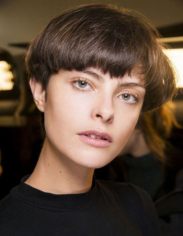 Kurzhaarfrisuren voluminous - Welcher kurze Schnitt für meinen Haartyp?  Der richtige Kurzhaarschnitt für dünnes Haar: Die Pixie-Frisur verleiht dünnem Haar Substanz. Je länger sie sind, desto mehr verlieren sie an Volumen, belastet durch das Gewicht der Längen. Die Abkürzung ist bestimmt eine gute Wahl, um abgeflachtes Haar zu vermeiden. Der richtige Kurzhaarschnitt für dickes Haar: Der Kurzhaarschnitt ist nicht der beste für dickes Haar. Wir bevorzugen einen sehr kurzen jungenhaften Schnitt oder etwas länger oben (besonders wenn Sie lockiges Haar haben), um einen Balleffekt zu vermeiden.