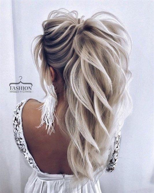Langhaarfrisuren Asymmetrisch Ideen Frisuren für langes Haar, die für eine Feier kreiert wurden, müssen sicherlich nicht nur für das Auge angenehm sein, sondern auch während des gesamten festlichen Abends angenehm zu tragen sein.