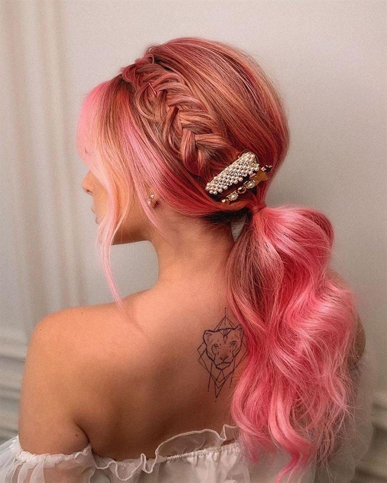 Langhaarfrisuren Offen Rosa Was die neuen Trends bei langen Haarschnitten in dieser Saison betrifft, wird der Trend ein gleichmäßiger Schnitt sowie eine Kaskade, Schichtung und verschiedene Modelle von Pony sein. In diesen Formaten werden lange Haarschnitte interessanter und kreativer.