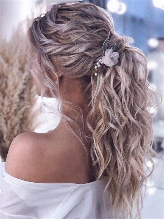 Locken Lange Haare fur DamenKeine neue Funktion, aber ein Haarknoten für lockeres Haar von maximaler Länge wird sehr stilvoll und kreativ.
