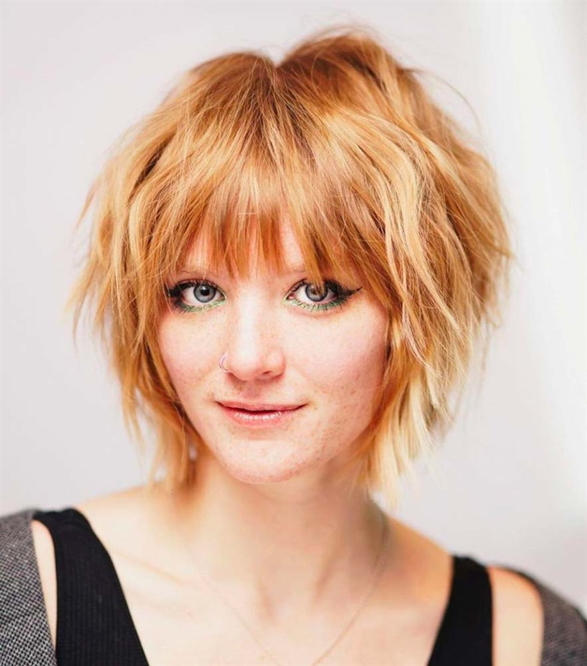 Messy Bob Hair Cut Similar to the structured Bob, but in a rebellious version. The chin-length shag fits perfectly round faces. Show it off at parties, aperitifs and evenings with friends.