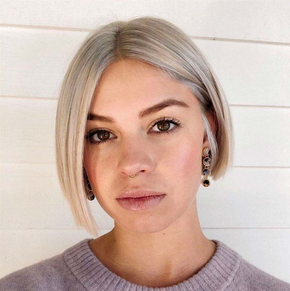 Middle Bob Hairstyles for Blonde Sleek and understated, the blunt bob is perfect for career women. The clean and defined cut enhances the corners of the face.