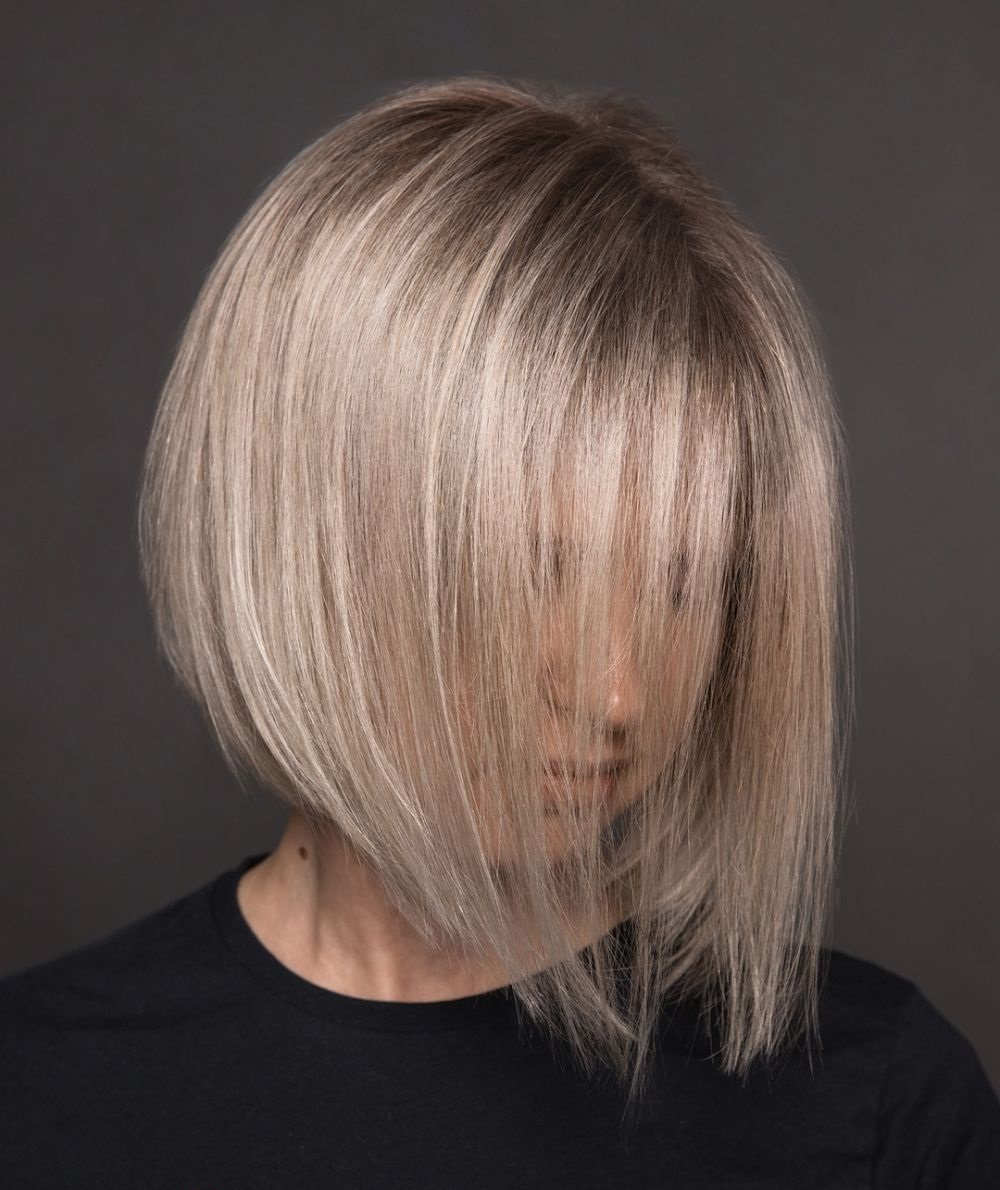 Neue Bob Frisuren Gerade, längliche Stränge machen es attraktiver und verbergen alle Mängel. Frauen, die keine perfekt geraden und symmetrischen Gesichtsformen haben, wird empfohlen, Modelle mit einer Verlängerung mit Pony zu wählen. Stylisten empfehlen auch, solche Frisuren mit langen Ohrringen zu ergänzen.