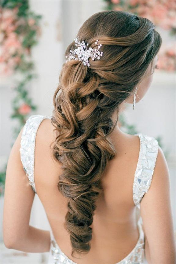 Neue Hochzeitsfrisuren Ideen  Meerjungfrauenwellen und eine Blumenkrone sahen auf dieser Smiley-Braut skurril und wunderschön böhmisch aus.